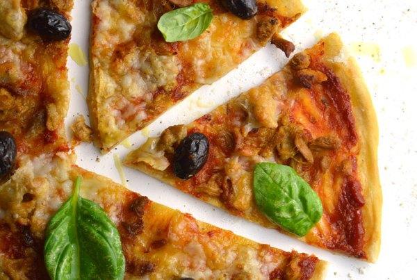 Pizza margarita con atún y aceitunas