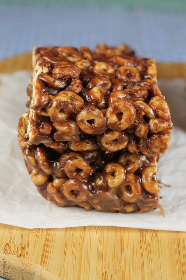 Favorite after school snack ~ Chocolate Peanut Butter Cereal Bars Recipe ~ MissintheKitchen.com #BoxTops sponsored by Walmart