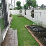 お庭部分です。全面天然芝のふかふか仕様で、手前側は一部家庭菜園として使われるそうです。