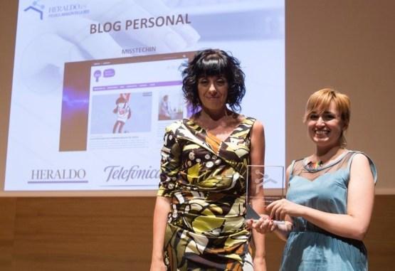 Recibiendo el premio con Esperanza Pamplona, jefa de Heraldo.es