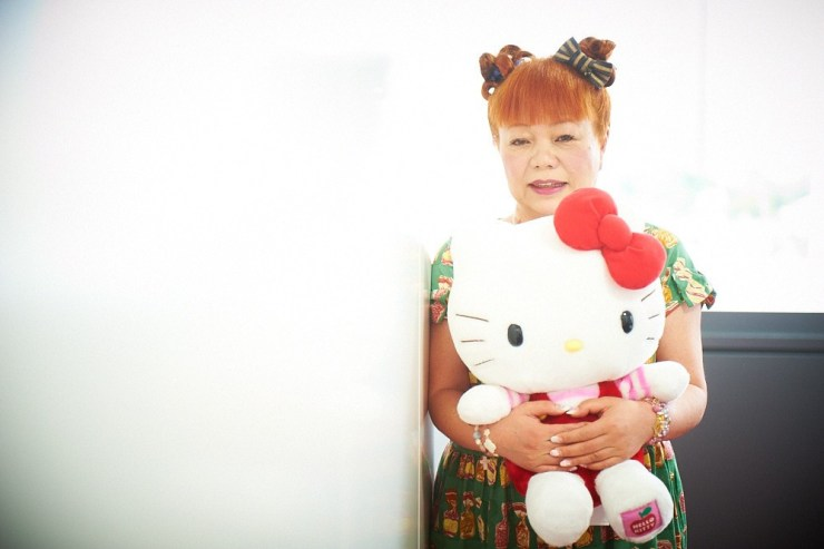 Yuko Yamaguchi posando con Hello Kitty