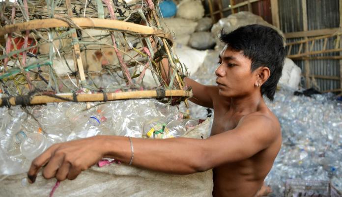 Aktivitas pengumpul sampah plastik. (mistar/int)