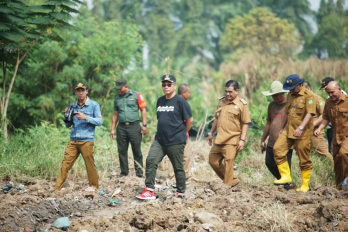 Plt Wali Kota Medan Ir H Akhyar Nasution MSi memimpin pengorekan Danau Martubung, Senin (20/01). (f:ist/mistar)