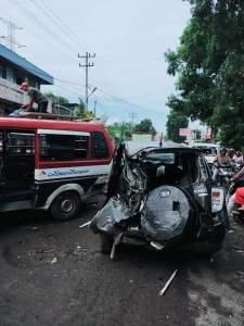 Mobil Daihatsu Terios yang dikendarai Sepri Ijon Maujana Saragih yang ringsek akibat truk tronton yang remnya blong.(f:mistar/ist)