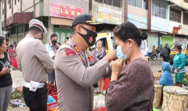 Prokes Diabaikan di Pasar Horas, Kapolres Siantar Tegur dan Pasangkan Masker ke Pengunjung Serta Pedagang