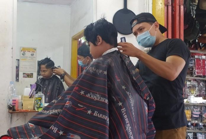PTM Digelar Kembali, Jasa Tukang Cukur Laris Manis