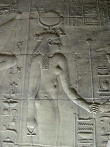 Relieve de Isis en el templo de File. Wikimedia Commons.