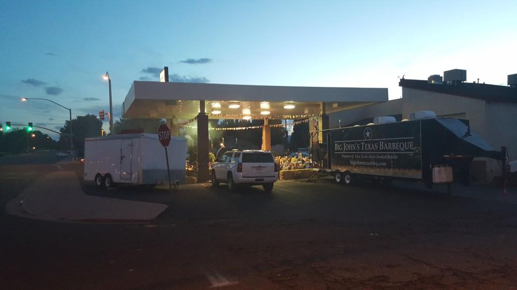 Ach ja, bevor es nun zu Bett geht, nochmal schnell ein Bild von dieser coole Location. Eine ehemalige Tankstelle ist nun ein Open-Air-BBQ-Restaurant. Sowas mag ich. American Style. :)