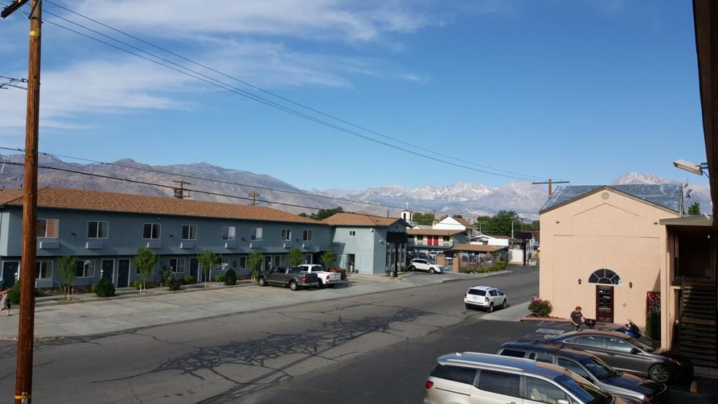 Bishop!! Für amerikanische Verhältnisse ein kleines Kaff. Das Foto entstand vom ersten Stock des Hotels. Großen Komfort konnte man hier nicht erwarten - war uns aber auch nicht wichtig. Denn dieser Ort war hervorragend dafür geeignet, um heute den Yosemite Nationalpark zu erkunden. Es kann losgehen. Info: Die kleine Stadt Bishop liegt am Nordende des Owens Valley unter der Ostflanke der Sierra Nevada im kalifornischen Inyo County. In der Nähe der Stadt liegt der Ancient Bristlecone Pine Forest – ein Teil des Inyo National Forest – in dem mit Methuselah, einer Langlebigen Kiefer, der älteste bekannte Baum der Erde wächst.