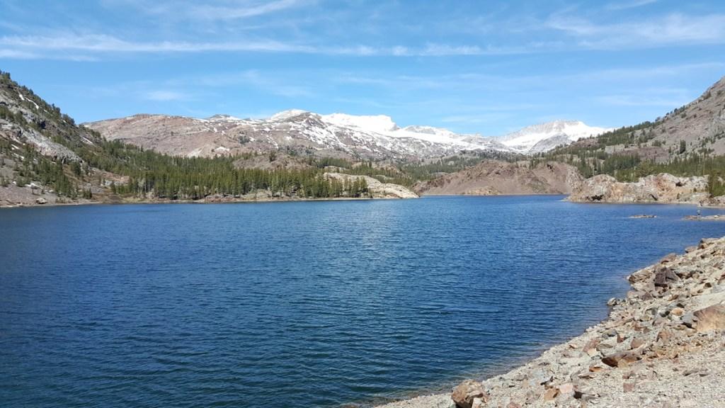 Über die Tioga Road, die wegen Schnee bis weit in den Mai meistens noch geschlossen ist, fuhren wir in den Yosemite Park hinein. Eine Woche vorher war die Road für den Touristenverkehr erst wieder geöffnet worden. Hier sieht man den Ellery Lake. Kristallklares Wasser.