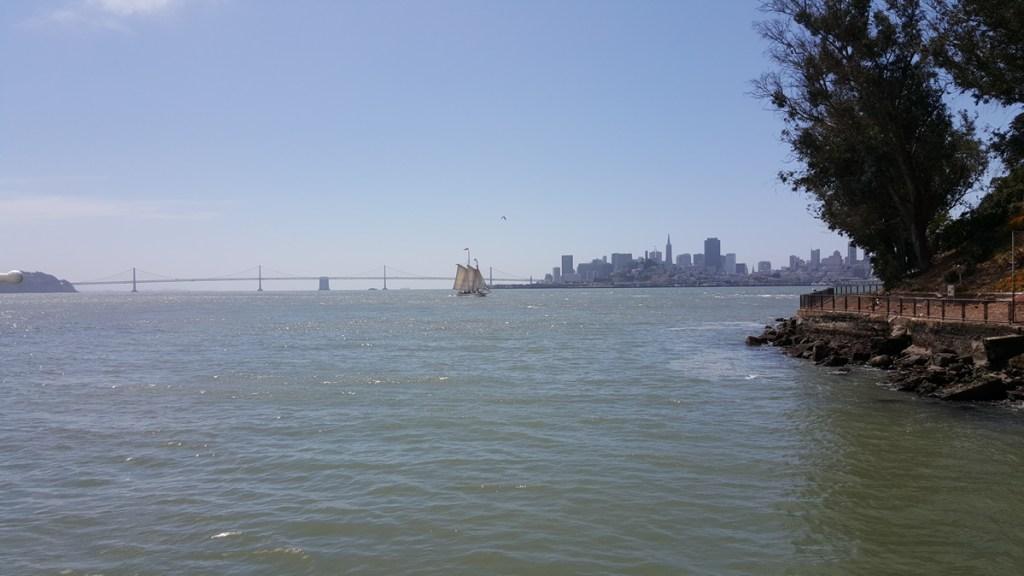 Ausblick vom Boot auf San Francisco und die Oakland Bay Bridge nachdem wir Alcatraz erreicht hatten.