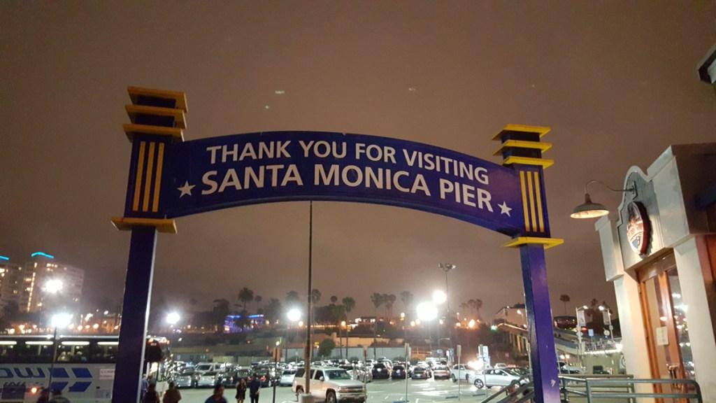 """Am letzten Abend ging es mit der ganzen Truppe nochmal zu einem Highlight….zum Santa Monica Pier. Nochmal die frische Meeresbrise spüren und riechen und die Möglichkeit zu haben, der Stadt so langsam aber sicher """"Lebewohl"""" zu sagen. Der Abflug nähert sich in schnellen Schritten und in mir wächst wieder der Wunsch noch länger hier zu bleiben…..Ich fühle mich einfach sauwohl in den USA."""