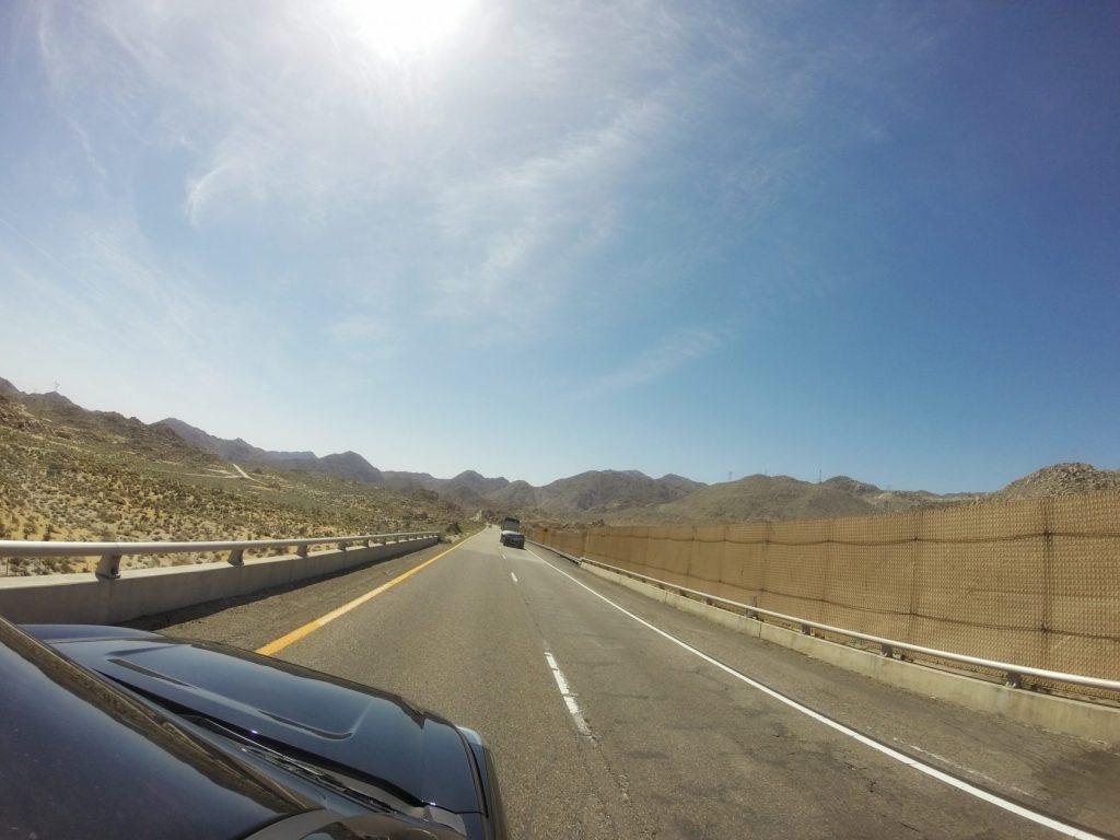 Schon nach einigen Meilen nachdem wir hinter San Diego ins Landesinnere gelangten, wurde die Landschaft karg und die Luft deutlich wärmer. Und je näher wir Yuma kamen, umso wärmer wurde es. Regelreicht heiß. Ein Temperaturunterschied von mindestens 20 Grad Celsius.