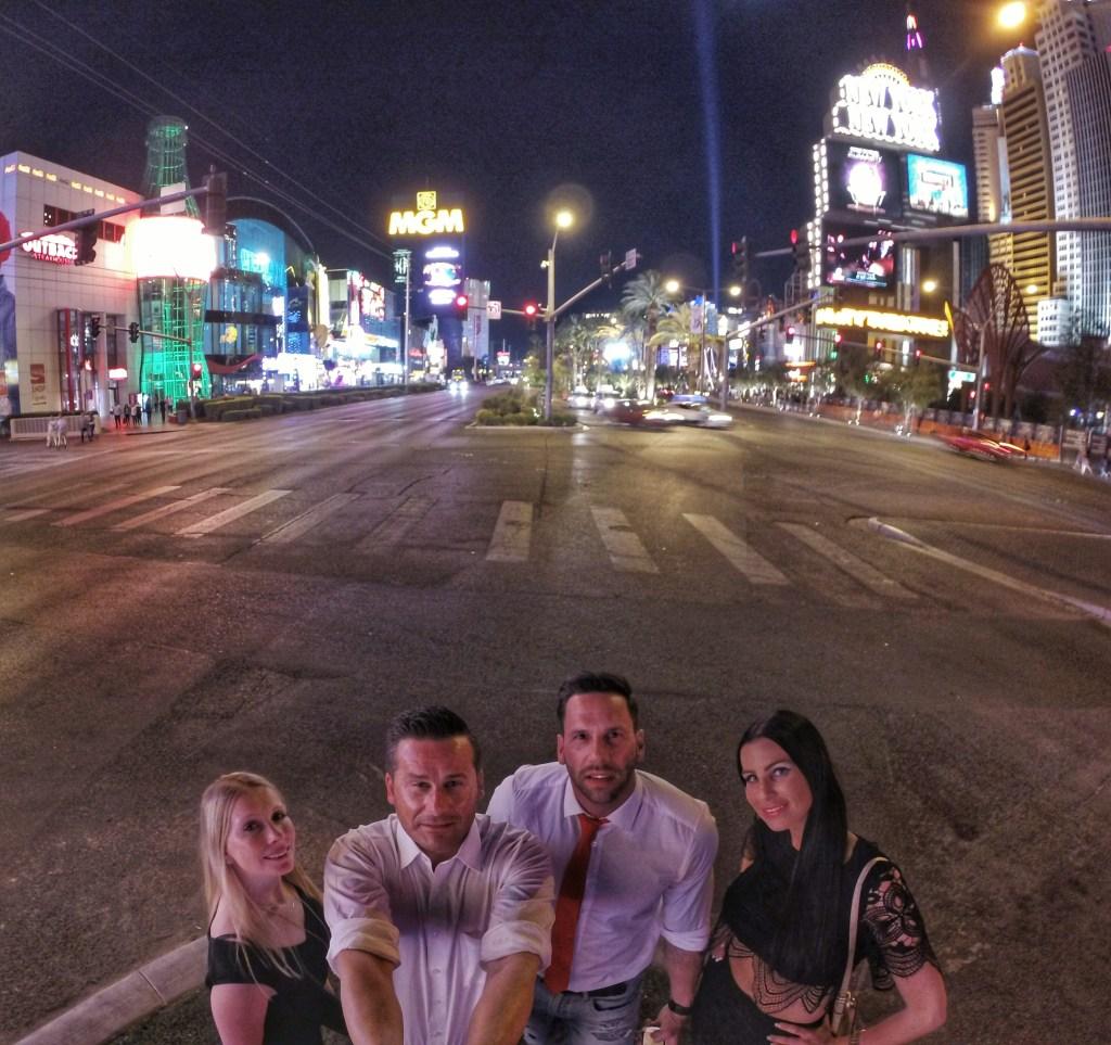 Ein Selfie von der gesamten Gruppe in der Mitte vom Las Vegas Strip zeigt, wir sind chic, wir sind bereit und wir finden uns geil……*hahahaha
