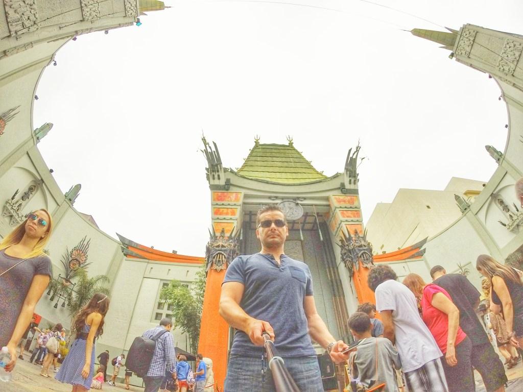 Hier stehe ich direkt vor dem nächsten Wahrzeichen des Hollywood Boulevard, dem Chinese Theatre. Das TCL Chinese Theatre (frühere Namen: Grauman's Chinese Theatre und Mann's Chinese Theatre) ist ein Kino am Hollywood Boulevard in Hollywood, Los Angeles. Es wurde 1927 von dem Kinobetreiber Sid Grauman als Premierenkino im Stil einer chinesischen Pagode eröffnet. Weltberühmt wurde das Kino durch die Hand- und Schuhabdrücke zahlreicher Filmstars, die in Zementblöcken im Eingangsbereich des Kinos verewigt wurden.