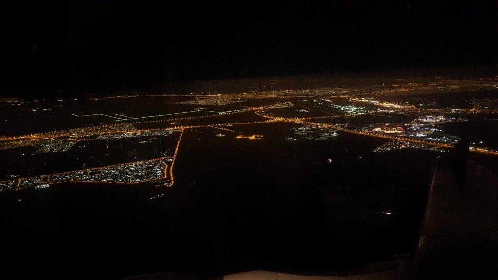 Schade, dass wir Abu Dhabi nur bei Nacht gesehen haben. Gerne hätte ich aus der Luft einen Blick auf die weite Wüste geworfen. So blieb mir nichts außer diesem Lichtermeer.