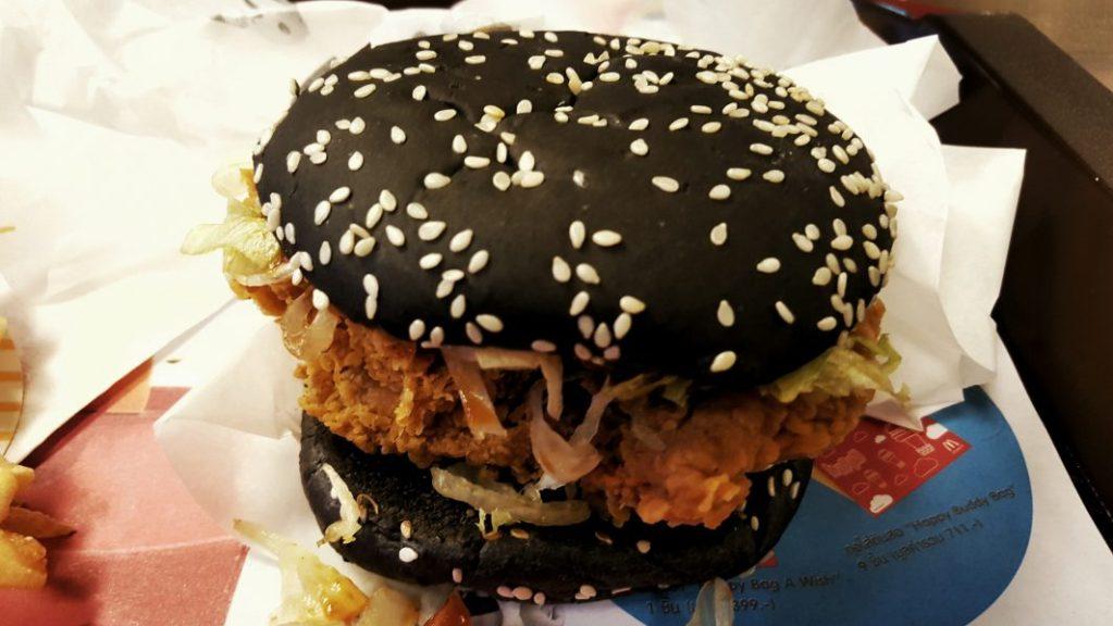 Geschmacklich identisch mit einem hellen Burger. Allein die Optik verwirrt halt. Aber das ist auch schon alles. Einfach nur ein Gimmick.