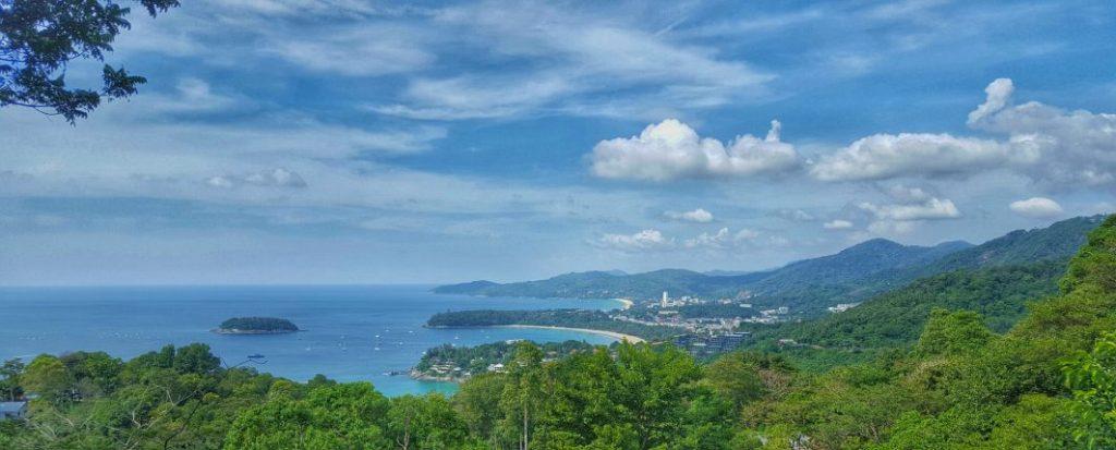 Ganz hinten die Bucht mit dem Hochhaus, das ist die Touristenhochburg Patong. Bekannt als Party-Epizentrum und voll mit westeuropäischen Touristen. Aber aufgrund des Massentourismus nicht unbedingt mein Fall. Das echte Thailand erlebt man dort auf jeden Fall nicht.