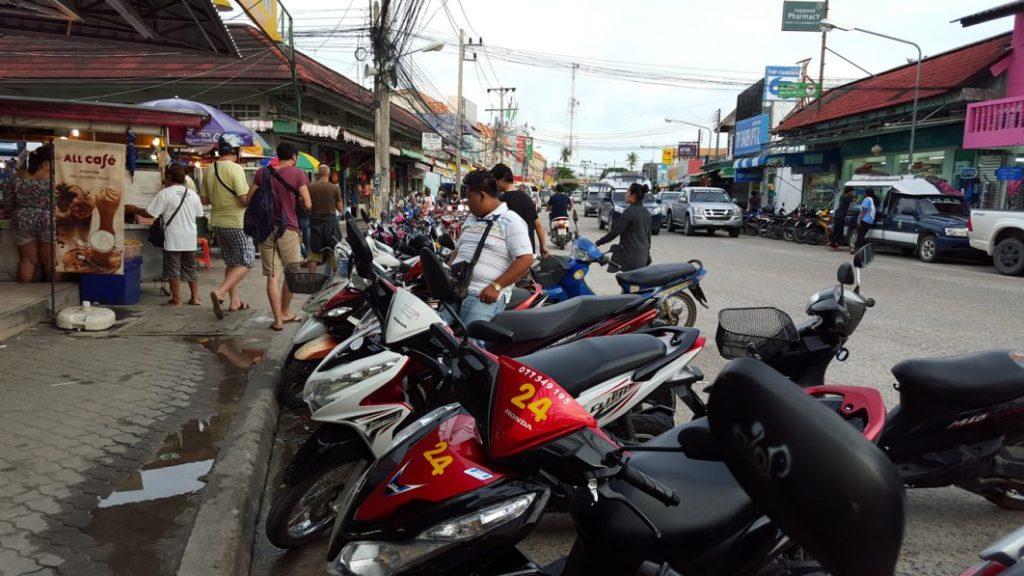 Das Moped ist eine Art Volkswagen für die Thais. 4 Personen darauf sind keine Seltenheit.