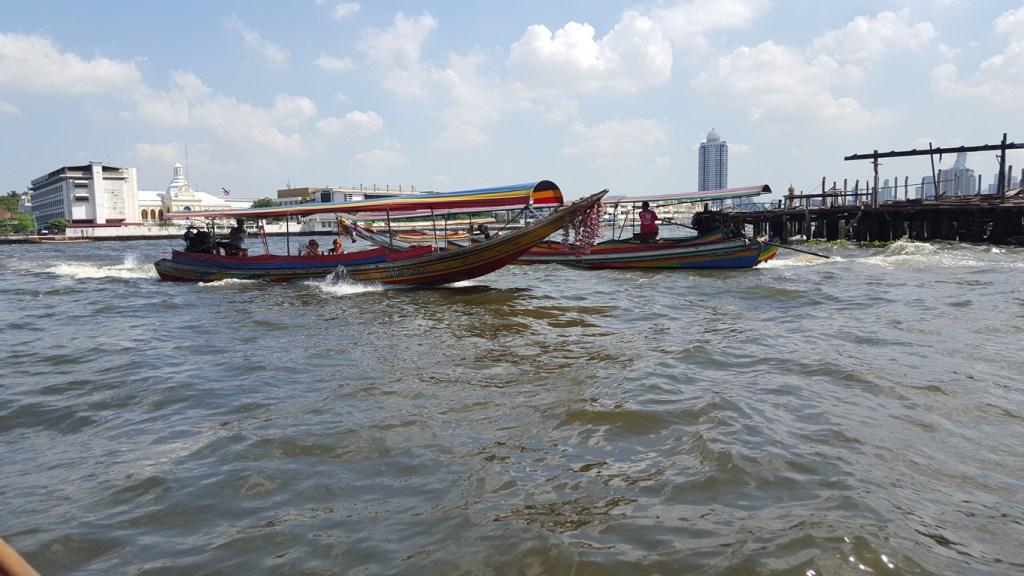 Der Verkehr und der Wellengang auf dem Fluß ist nicht von schlechten Eltern. Da wurde mir auch hin und wieder etwas mulmig, wenn unser Boot leichte Schräglage erlitt durch die ein oder andere fette Welle.
