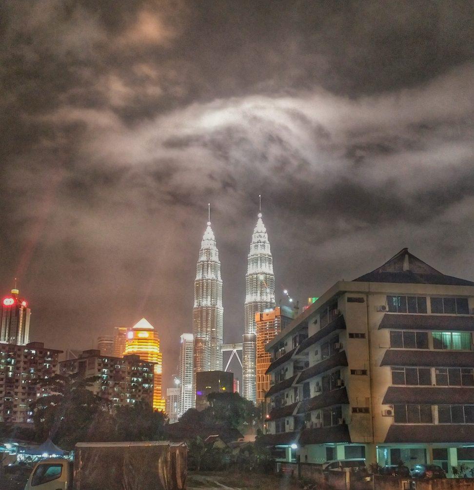 Die legendären Petronas Towers bei Nacht. Was für ein majestätischer Anblick. Elegant wie sie das Stadtbild mit Ihrem Anblick dominieren.