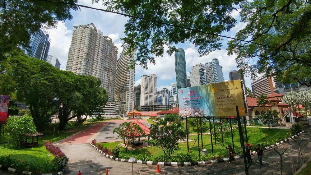 Auch viel Grünfläche lässt sich in der Stadt entdecken. Ein farbenfrohes Bild.