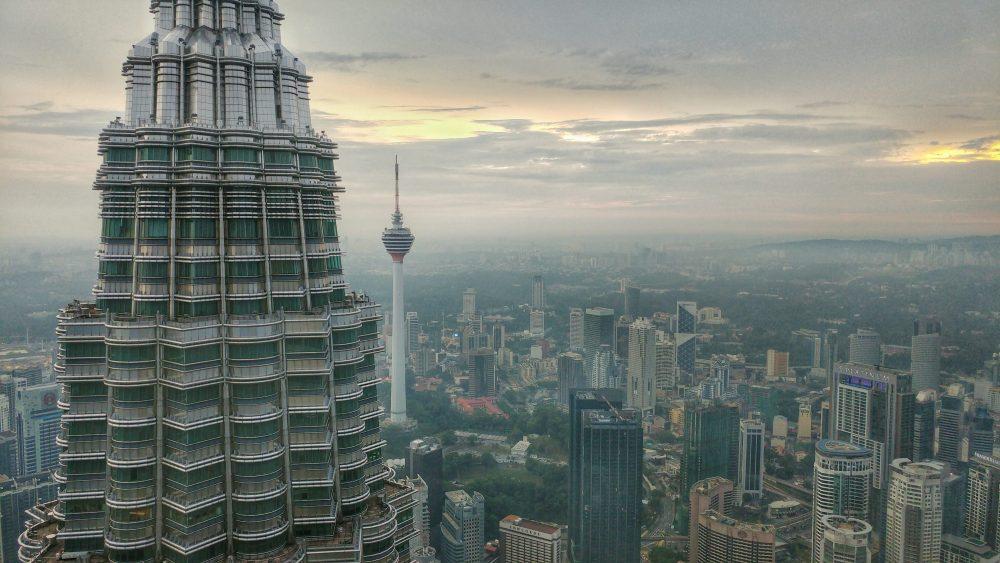 Im Hintergrund sieht man den Fernsehturm von Kuala Lumpur. Info: Der Menara Kuala Lumpur (kurz Menara KL, engl.: Kuala Lumpur Tower, bzw. KL Tower) ist mit 421 Metern der höchste Fernsehturm Malaysias und der siebthöchste der Welt. Er steht auf dem 90 Meter hohen Bukit Nanas (deutsch: Ananashügel) in der malaysischen Hauptstadt und ermöglicht somit den Blick von oben auf die Petronas Towers. Eigentümerin des Turms ist eine Tochtergesellschaft der Telekom Malaysia.