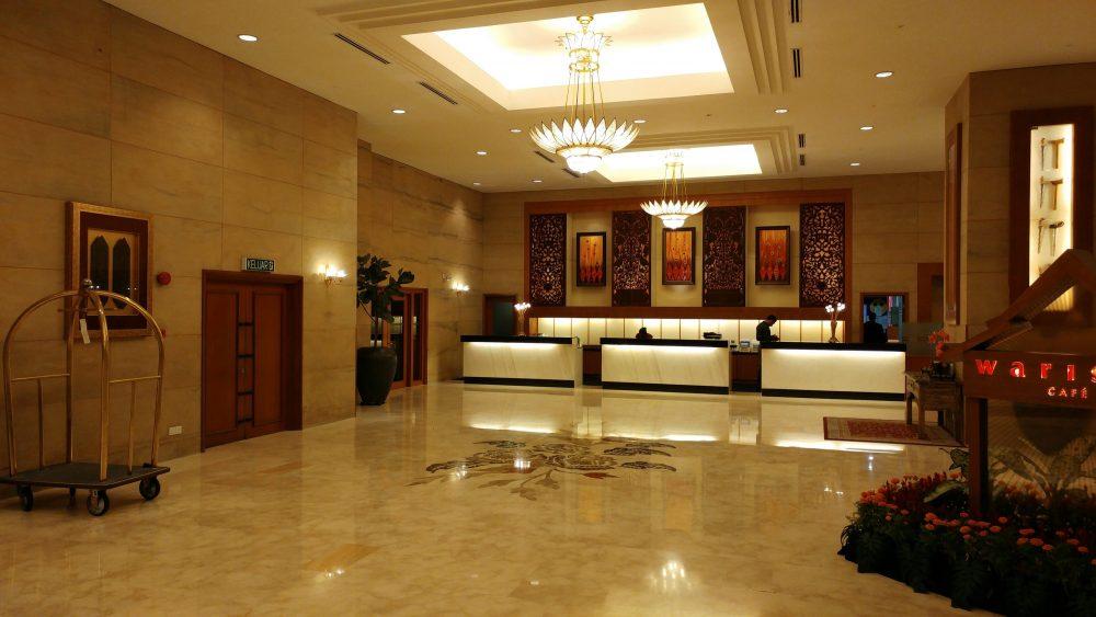 """Herzlich Willkommen in meinem ersten Hotel auf meiner Reise durch Südostasien:  """"The Royale Chulan Kuala Lumpur"""" – Ein wahrer Palast im Herzen von Kuala Lumpur. Also die Eingangshalle mit der Rezeption konnte sich zumindest schon mal sehen lassen."""