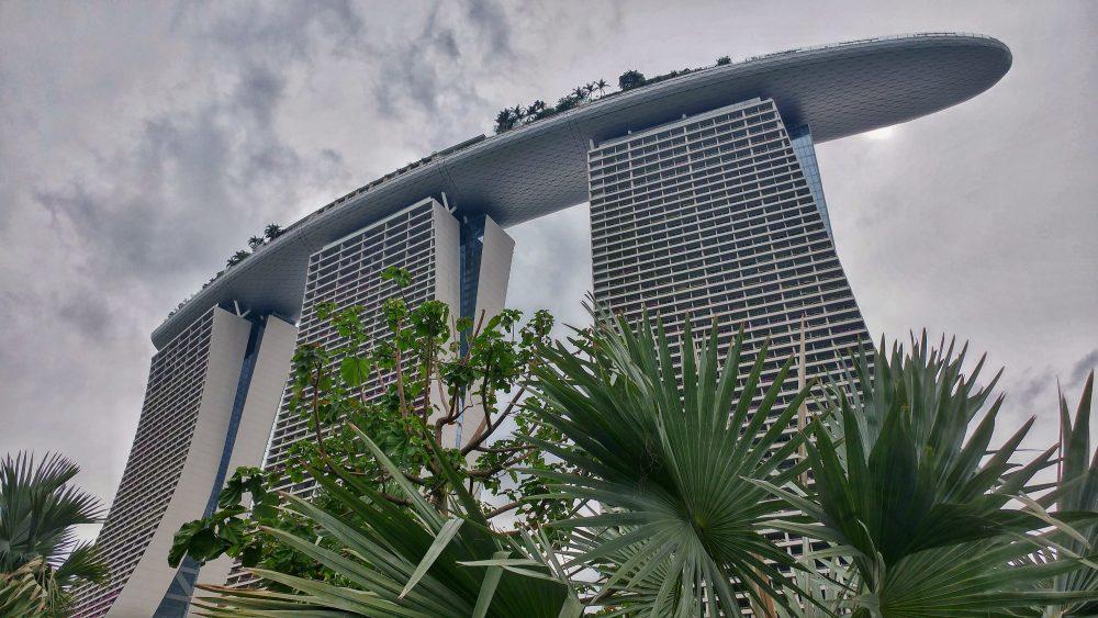 Das Marina Bay Sands sieht so geil und spacig aus. Der Wahnsinn. Wie ein Raumschiff. Info: Die drei 55-stöckigen Hoteltürme tragen auf 191 Meter Höhe einen 340 Meter langen Dachgarten. Teil der größten öffentlichen Auslegerplattform ist ein 146 Meter langer Infinity Pool. Das Resort gilt als die teuerste alleinstehende Kasinoanlage der Welt. Die Grundstückkosten eingerechnet soll der Bau acht Milliarden Singapur-Dollar (rund 4,6 Milliarden Euro) gekostet haben.
