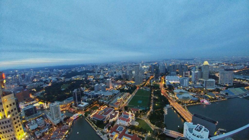 Auch die andere Seite ist nicht minder attraktiv in seiner Aussicht. Singapur, ein Stadtstadt, der immer lebt. Wie ein pulsierender Organismus.
