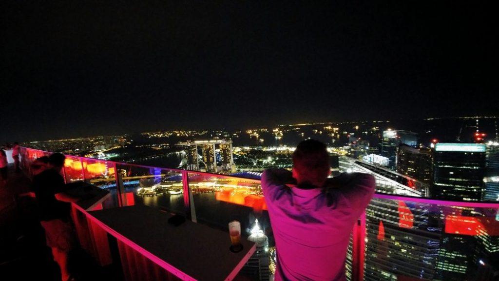 Mein erster Abend in Singapur. Man steht am Geländer und schaut auf eins der berühmtesten Hotels der Welt. Bisher kannte ich es nur aus dem Fernsehen oder von Bildern und jetzt ist es zum Greifen nah. Dieses Gefühl ist der Hammer. Man fängt an zu träumen und wird erfüllt von Glücksgefühlen. Das ist das, was das Reisen mir bisher immer gebracht hat, diese wahnsinnigen Glücksgefühle Ort zu erleben, von denen ich bisher immer nur geträumt habe.