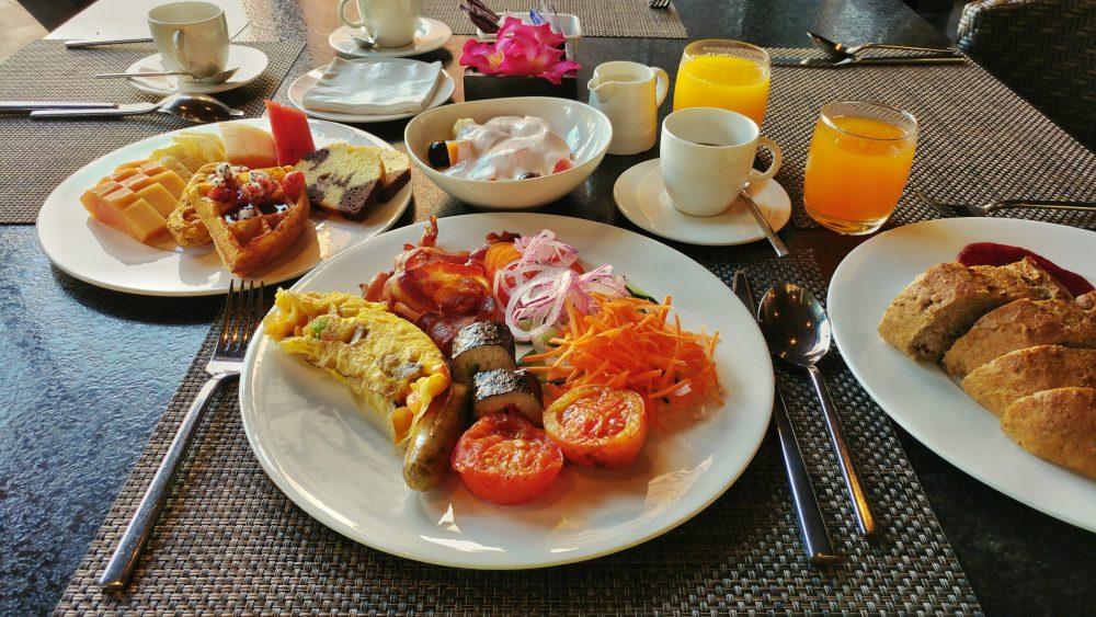 Hier sieht man mal, wie ein von mir gestaltetes Frühstück ausgesehen hat. Wie soll man sich bei so einer Auswahl zurückhalten? Könnt Ihr das? Ich konnte das leider nicht.