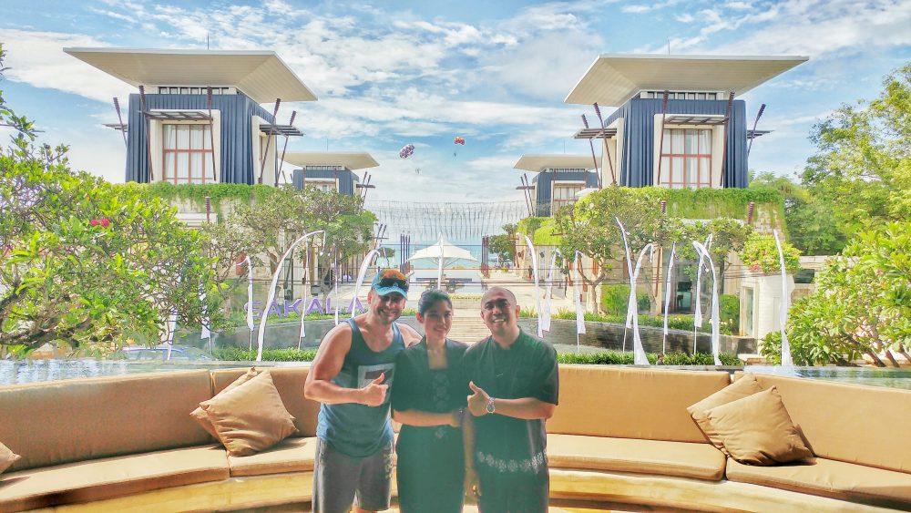 Nun ist aber auch mein Abschied im Mantra Sakala gekommen. Nach 3 Nächten geht meine Reise auf Bali weiter. Aber bevor ich verschwinde, musste ich mich unbedingt noch bei Agatha (mitte) und Riry (rechts) verabschieden. Sie beide stehen stellvertretend für das gesamte freundliche Personal , das ich dort kennengelernt habe. Besser konnte mein Trip auf Bali nicht starten.