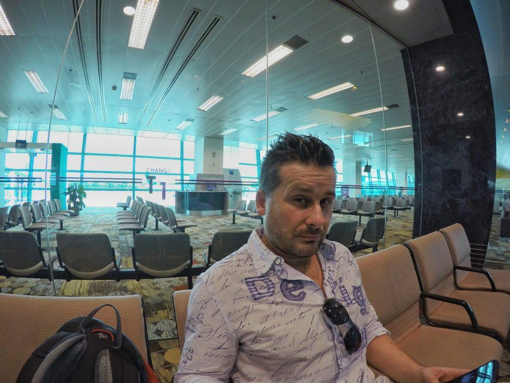Nach 4 tollen Tagen in Singapur sitze ich nun am Flughafen, morgens um 11 Uhr, um gleich mit Air Asia in das dritte Land auf meiner Reise zu fliegen, nach Indonesien. Genauer gesagt, auf die Insel Bali. – Kleine Information: Auf dem Flughafen gibt es kostenloses W-Lan!!