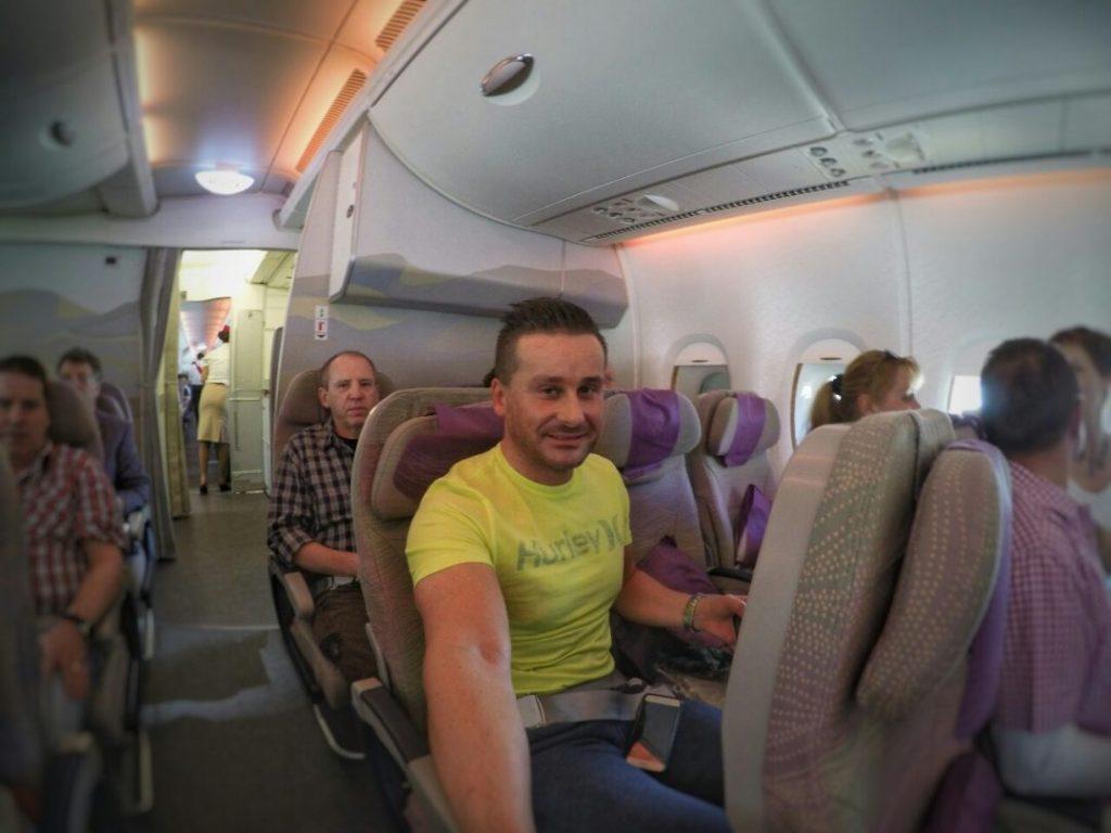 Ich muss schon sagen, die Beinfreiheit in der Economy Klasse des A380 kann sich auf jeden Fall sehen lassen und dann blieb sogar der Sitz neben mir noch frei. So kann der Flug nach Dubai natürlich bestens starten…. Der Urlaub kann beginnen!
