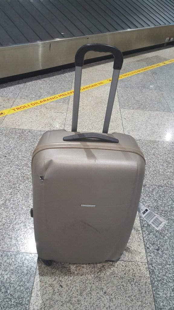 Gerade in Malaysia angekommen, kam dann eine nicht so schöne Überraschung. Mein Koffer war auf der Reise extrem beschädigt worden. So was ist echt ärgerlich und sollte noch mit Emirates sehr anstrengend werden. Hier hat sich die Airline nicht von ihrer besten Seite gezeigt.