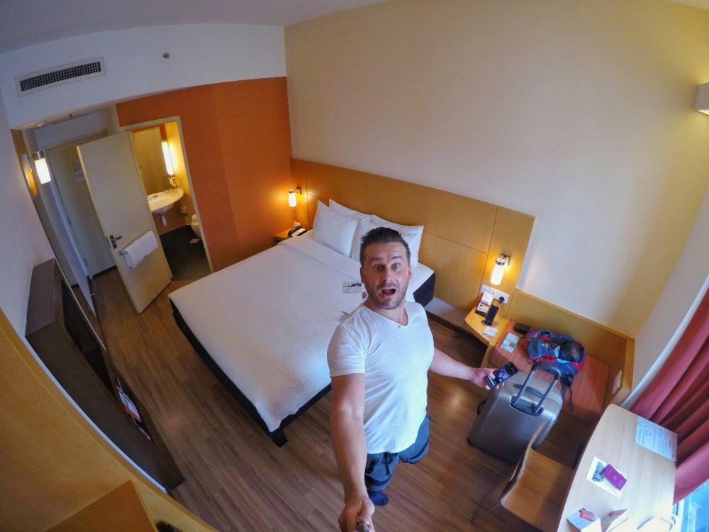 Herzlich Willkommen in Singapur!!! Das ist mein Zimmer im ibis Hotel on Bencoolen!! Tolles Bett, tolle Klimaanlage und alles tiptop sauber. Hier kann ich mich wohlfühlen und die nächsten 4 Nächte verbringen. Und ab dafür!!
