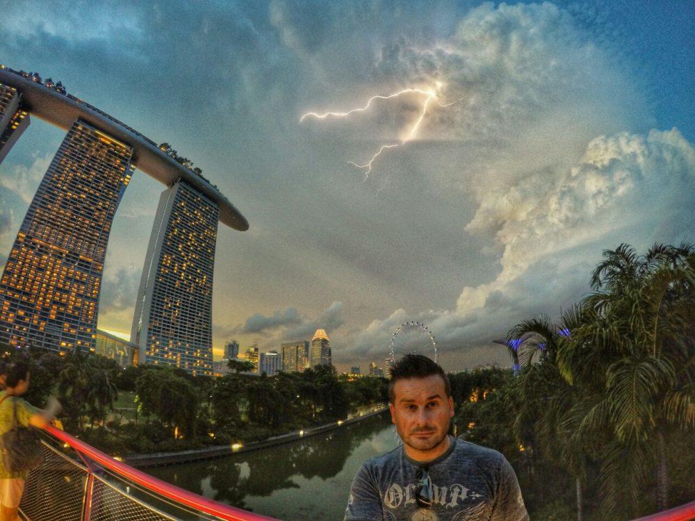 Dies ist der Schnappschuss meines Trips. Eigentlich wollte ich nur ein Selfie mit der GoPro machen und per Zufall ist im Moment des Auslösens ein Blitz aus den Wolken gekommen. Wenn man genau hinschaut, könnte man die Wolke auch wie einen Drachenkopf deuten. Ich finde das Foto einfach nur der Hammer.