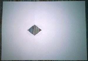 Du kannst das Papier einmal falten und ein Dreieck in den gefalteten Rand schneiden.