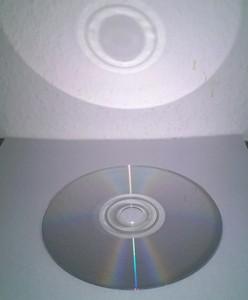 Die CD zeigt mit ihrer silbernen Seite nach oben.