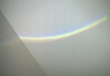 Ein großer Regenbogen an der Zimmerdecke.