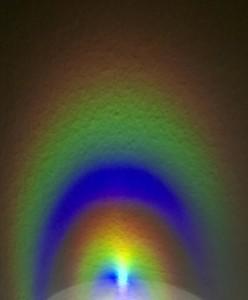 Regenbogenfarben an einer Wand.