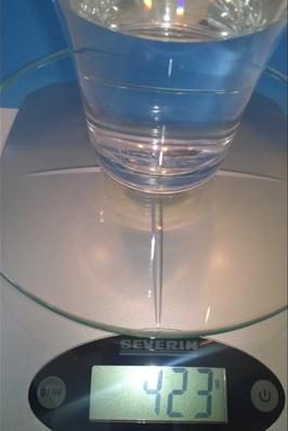 Das Wasserglas wiegt 423 Gramm.