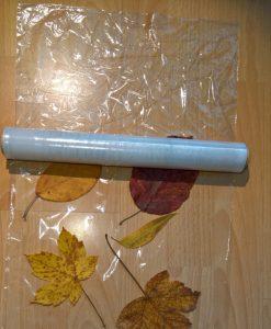 Mit der Folie legst du eine zweite Schicht über die Blätter.