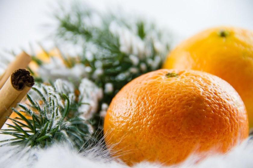 Weihnachten in Norwegen Apfelsinen und Tannenzweigen