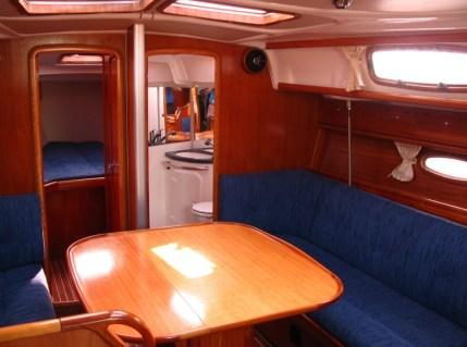 Salon an Bord einer Segelyacht Bavaria 37 (3-Kabinen-Version) mit Blick nach vorn / Foto: Steffen Lelewel