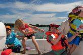 Kinder segeln auf dem Scharmützelsee auf einer Segelyacht