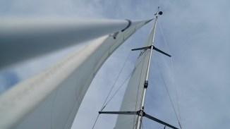 Blick in den Mast einer Segelyacht auf dem Scharmützelsee