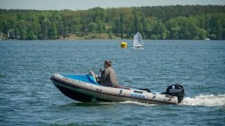 Begleitboot der Optimisten-Segelregatta auf dem Scharmützelsee