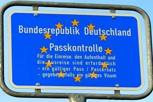 Passkontrolle (Foto: Ute Mulder/pixelio.de)